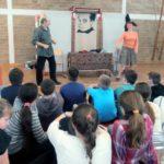 Шајкашки основци уживали у представи Весело позорје